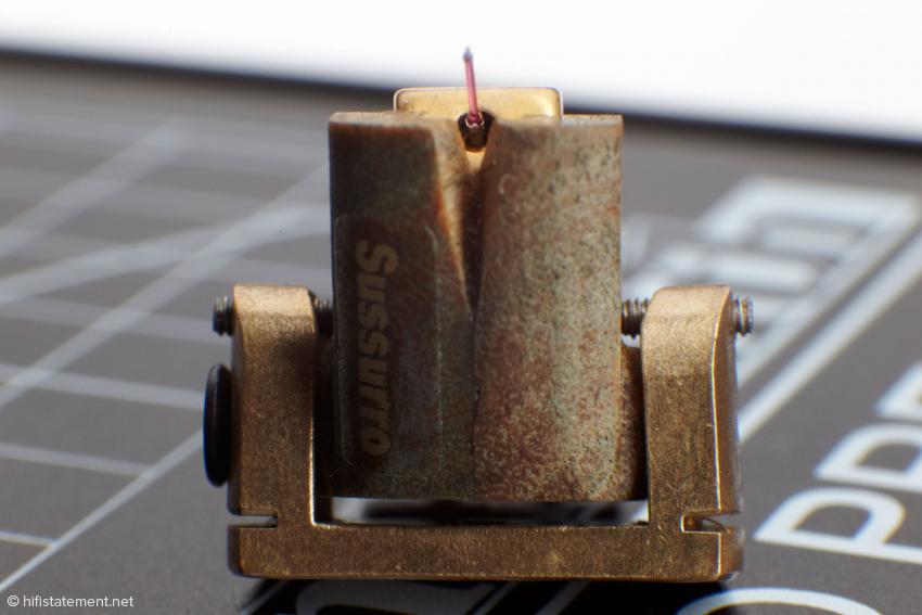 Die Schräubchen rechts und links erlauben es, das Systemgehäuse im Montagebügel minimal zu verdrehen, um den Azimuth einzustellen