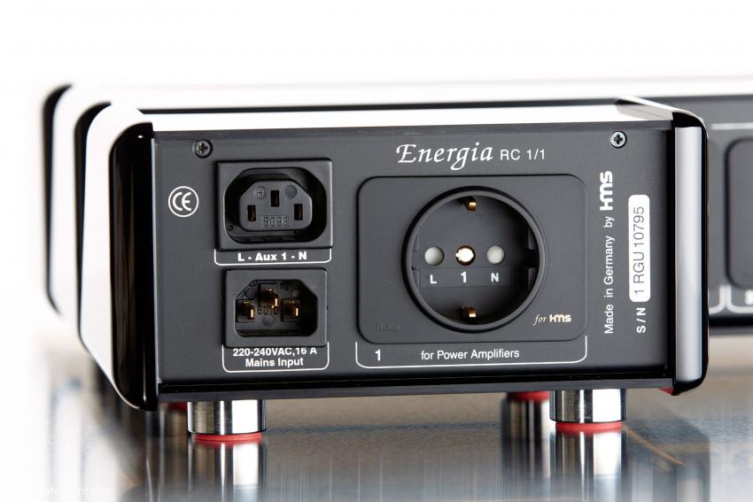 Die kleinste Energia hat ausgangsseitig eine gefilterte Schuko-Steckdose und einen ungefilterten Kaltgeräte-Anschluss für eine weitere Netzleiste