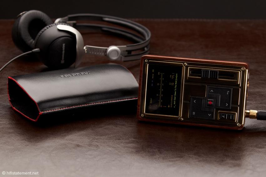Der Beyerdynamic DT 1350 im Hintergrund ist ein vom jedem iPod leicht zu treibender Kopfhörer, der Colorfly hat auch genügend Leistung für 300-Ohm-Modelle