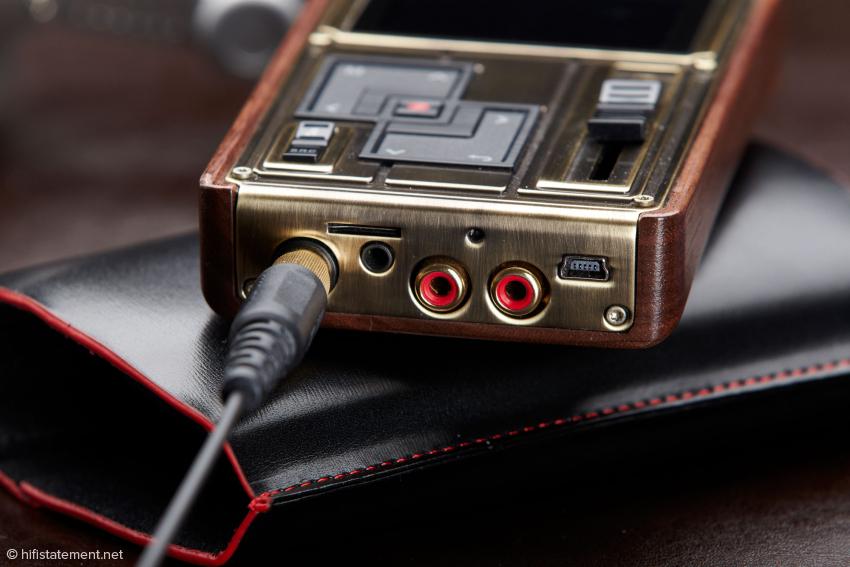 Kopfhörerbuchsen für 6,3- und 3,5-Millimeter-Klinkenbuchsen, ein Schlitz für Micro-SD-Karten, eine verdeckt eingebaute Taste für das Reset, s/pdif-Ein- und Ausgang sowie eine USB-Buchse bietet das Anschlussfeld des Colorfly
