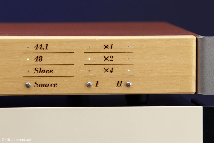 Eingestellt wird der Masterclock-Generator an der Frontplatte über winzige Drucktaster