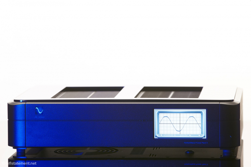 Der Touchscreen des Power Plant P5 zeigt den Sinus, der an den Ausgängen anliegt