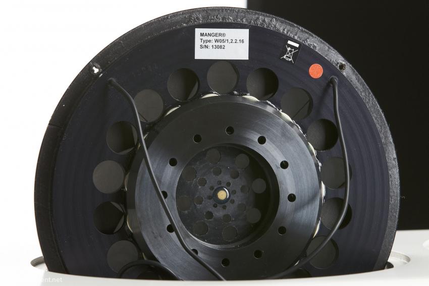 15 Neodymmagnete, die ihr 1,32 Tesla starkes Magnetfeld auf einen Luftspalt von nur 0,95 Millimeter konzentrieren, liefern den Antrieb für die Membran