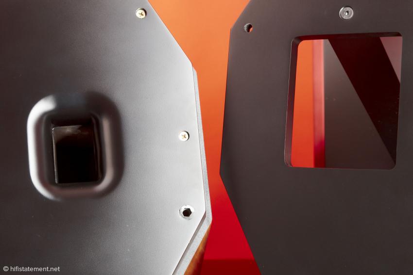 Links im Bild die Bassreflexöffnung des Lautsprechers, rechts die· anschließende Öffnung im Ständer