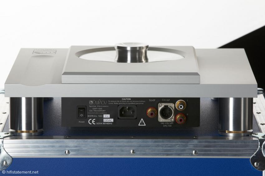 Der Netzschalter an der Rückseite ist nur der Hauptschalter, das Laufwerk kann auch über die Fernsteuerung eingeschaltet werden.