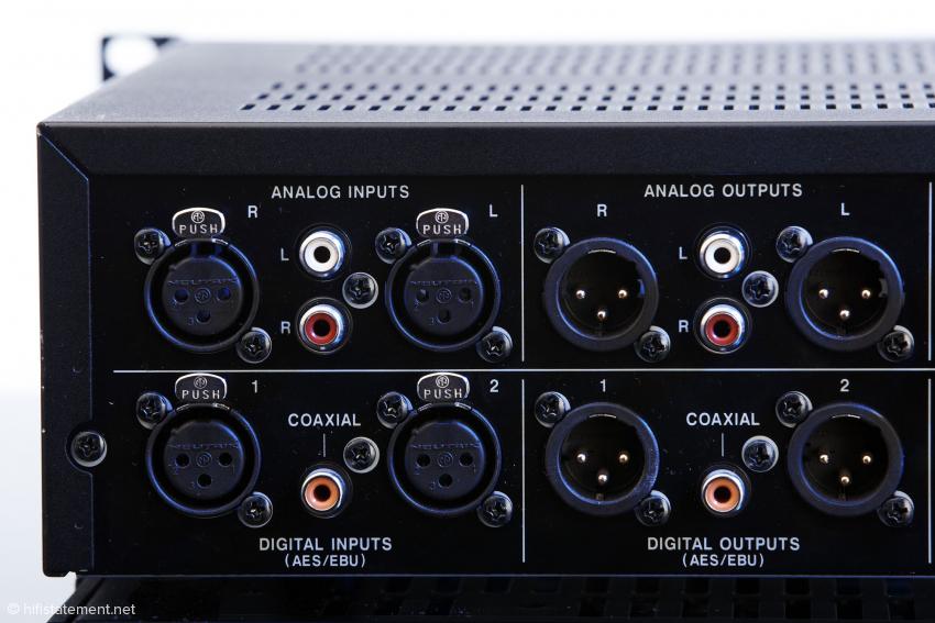 Leider hat man nicht die Wahl, 24Bit/192kHz-Signale an nur einer AES/EBU-Buchse zu empfangen oder auszugeben. Hier sind zwei Kabel unumgänglich. Auch die S/PDIF-Buchsen führen nur Signale bis 24Bit/96kHz