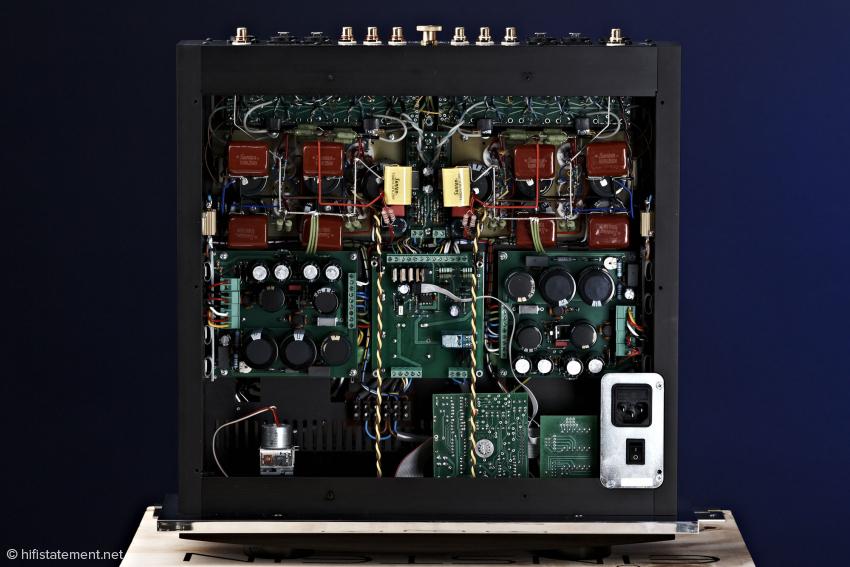 Frei verdrahteter Aufbau, bis auf die Platinen in der Mitte für die Spannungsversorgung. Die beiden äußeren mit den Elko-Batterien sind direkt an die Trafos angekoppelt