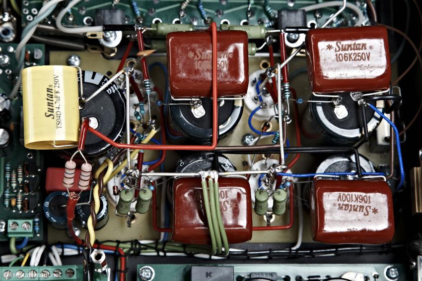 Die roten Drops sind Polypropylen Shuntkondensatoren. Damit nehmen die Elkos zum Auskoppeln mehr die tonale Charakteristik der Polypropylenkondensatoren an. Die Verarbeitung ist hervorragend