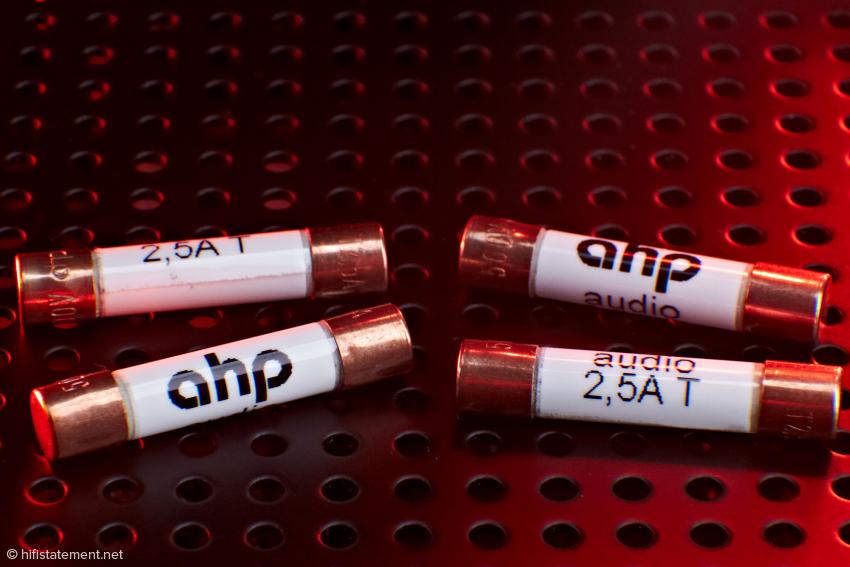 Die AHP-Feinsicherungen der zweiten Generation besitzen nicht nur Schmelzdrähte aus Kupfer, sondern auch hochglanzpolierte oder vergoldete Kupferkappen