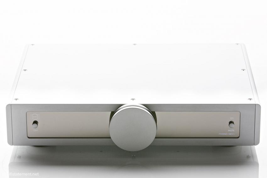 Ein mittig angebrachtes, großes rundes Element ist für B.M.C.-Komponenten charakteristisch: Bei Verstärkern finden sich hier Zeigerinstrumente, bei unserer Phonostufe der Netzschalter