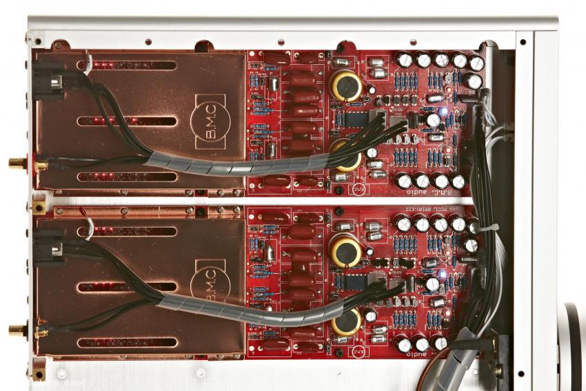 Die Signalverarbeitung geschieht natürlich strikt kanalgetrennt. Die Kabel führen das Ausgangssignal zu den Buchsen