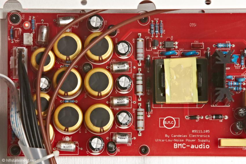 """Als Siebkapaziäten kommen hier """"Balanced Current""""-Elektrolytkondensatoren zum Einsatz. Eine solche Menge ist für Schaltnetzteile jedoch eher unüblich"""