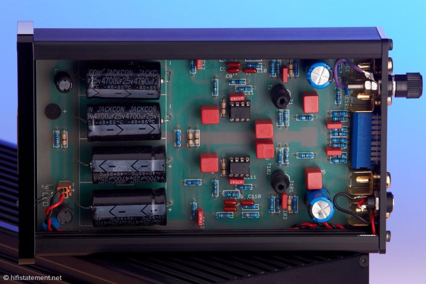 Das nenn ich aufgeräumte Schaltung. Die vier Kondensatoren mit insgesamt 18000 µF sind deutlich zu erkennen