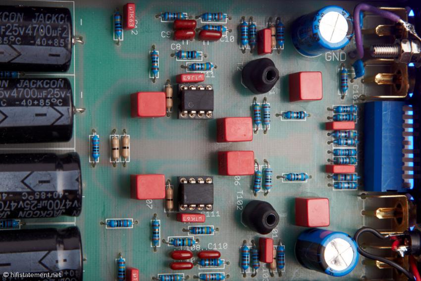 Auf einigen Bauteilen, wie den 8-füßigen ICs fehlen die Beschriftungen. Da wahrt Audio Exklusiv sein Geheimnis