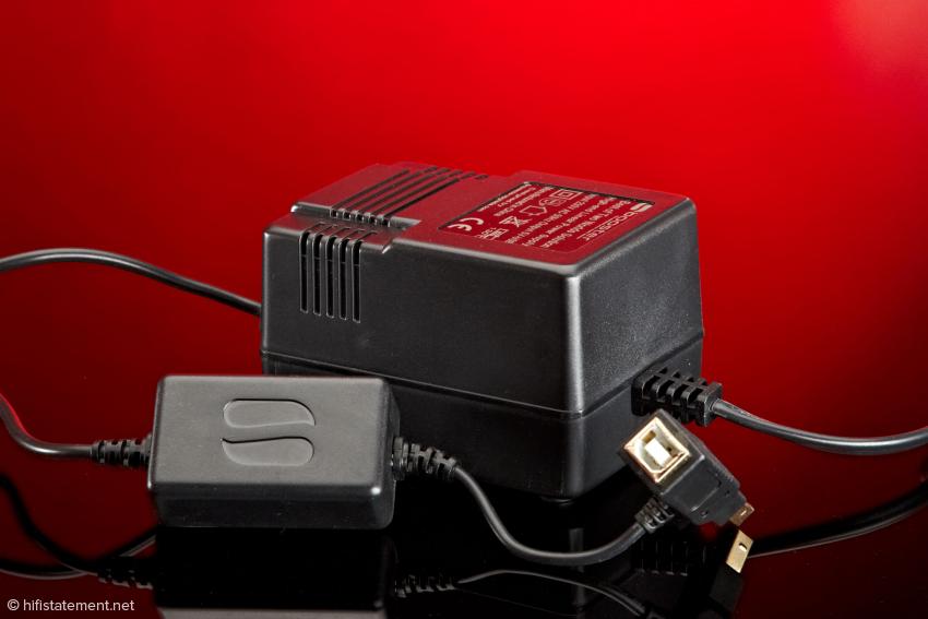 USB-B-Zwischenstück, SBooster und klassisches Netzteil sorgen gemeinsam auch bei Wandlern mit eigener Stromversorgung für besseren Klang