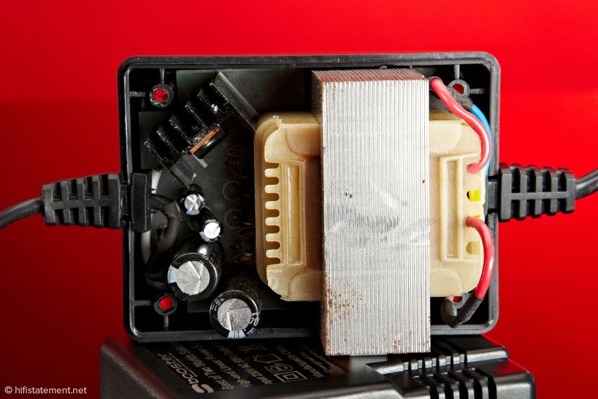 Ein solider Trafo, schnelle Shottky-Dioden für den Gleichrichter, Elkos und ein Spannungsregler finden sich im Squeeze-upgrade Netzteil