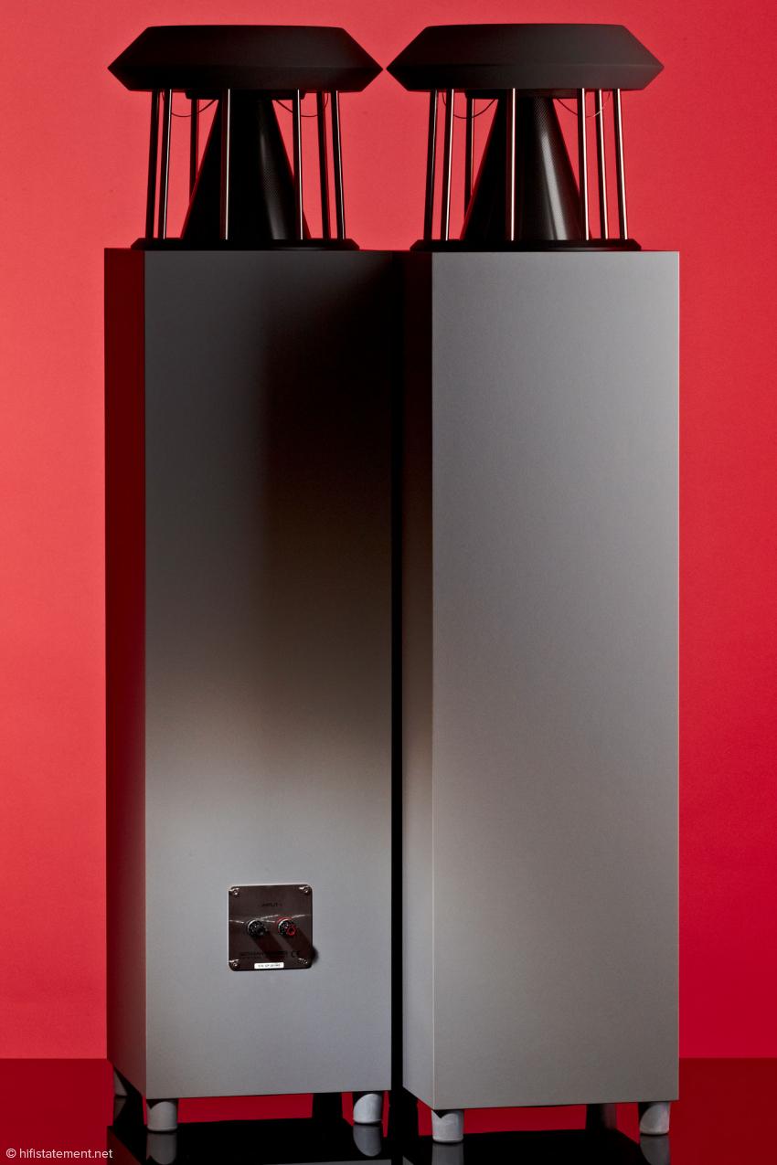 Mit einer Höhe etwas über einem Meter gibt sich die Unlimited recht wohnraumfreundlich. Akustisch wirkt sie deutlich größer: Sie bildet auch hohe Räume glaubhaft ab