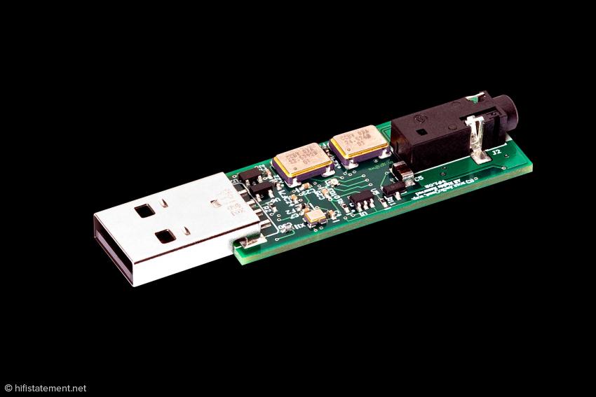 Der DragonFly arbeitet im asynchronen Modus, er gibt dem Computer den Zeittakt für die Datenlieferung vor. Zwei Quarze für Vielfache von 44.1 und 48 kHz sind dazu nötig