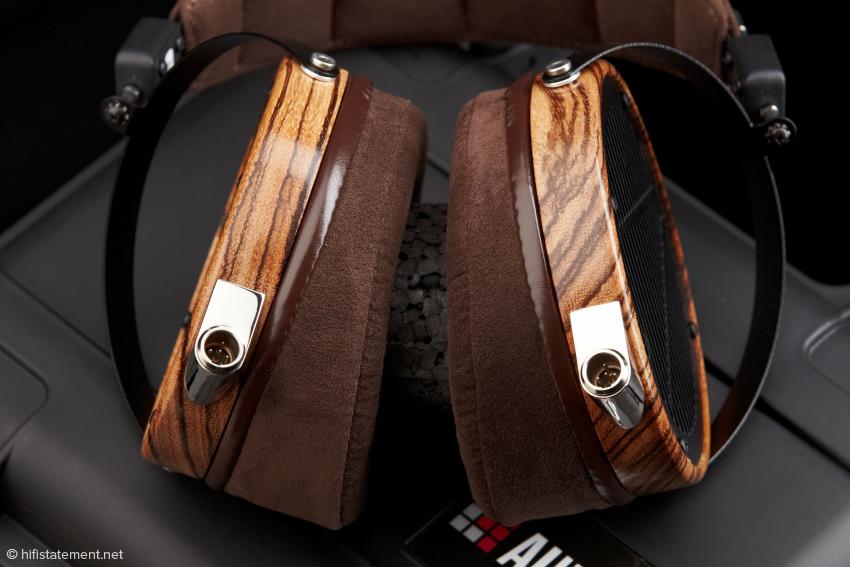 Die Mini-XLR-Stecker und das wunderschöne Zebrano-Holz suchen ihresgleichen!