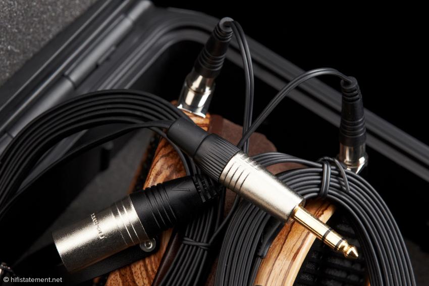 Die mit Neutrik-Steckern konfektionierten Kabel kommen mit 6,3-Millimeter-Standard-Klinke und Mini-XLR-Stecker. Ein Upgrade ist sowieso möglich