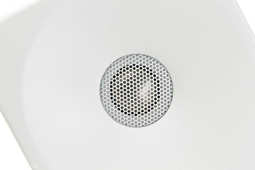 Das Gitter schützt die hauchdünne Titanmembran vor Beschädigung und soll sich nicht auf die Wiedergabe auswirken. Der Hochtöner mit Waveguide