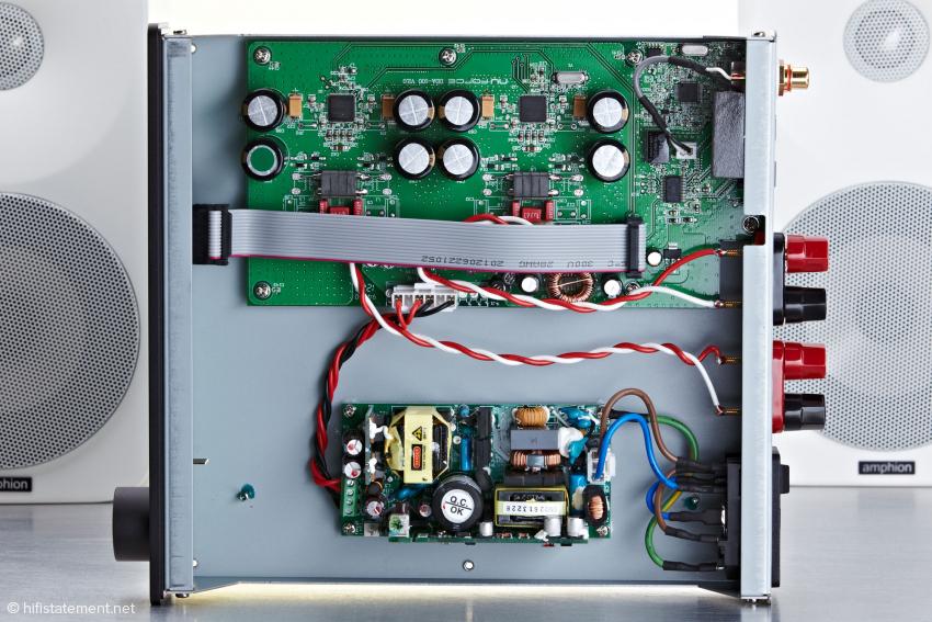 Mehrere Trafos auf eigener Platine für die Stromversorgung. Das Innenleben des NuForce DDA-100 erinnert kaum noch an einen klassischen Verstärker