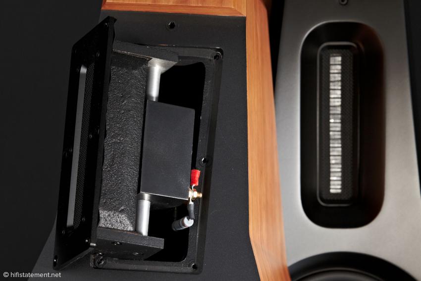 Der Bändchen-Mittel-Hochtöner übernimmt mit 18 dB Steilheit bei 2,6 kHz seine Arbeit