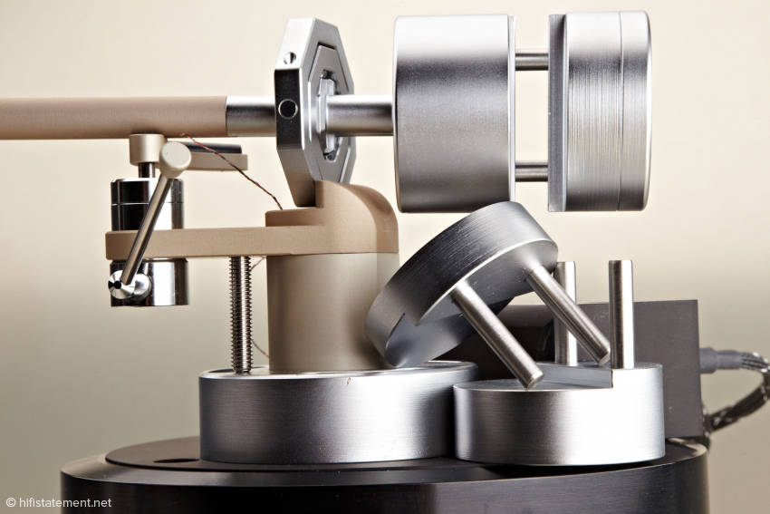 Um Tonabnehmer sehr unterschiedlichen Gewichts ausbalancieren und eine weite Spanne von Auflagekräften einstellen zu können, liefert Thales drei verschieden Gegengewichte mit, die in das fest installierte Gewicht des inneren Armrohr gesteckt und mit einer Madenschraube gesichert werden