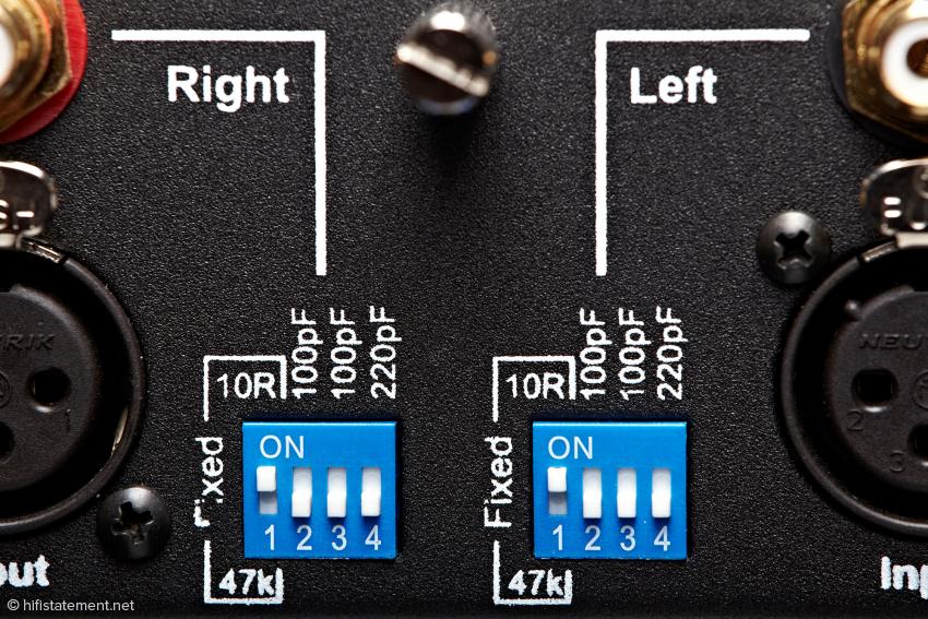 Mit den beiden Mäuseklavieren lassen sich zwei fixe Abschlusswiderstände für MC-Tonabnehmer und drei Kapazitäten für die MM-Anpassung wählen