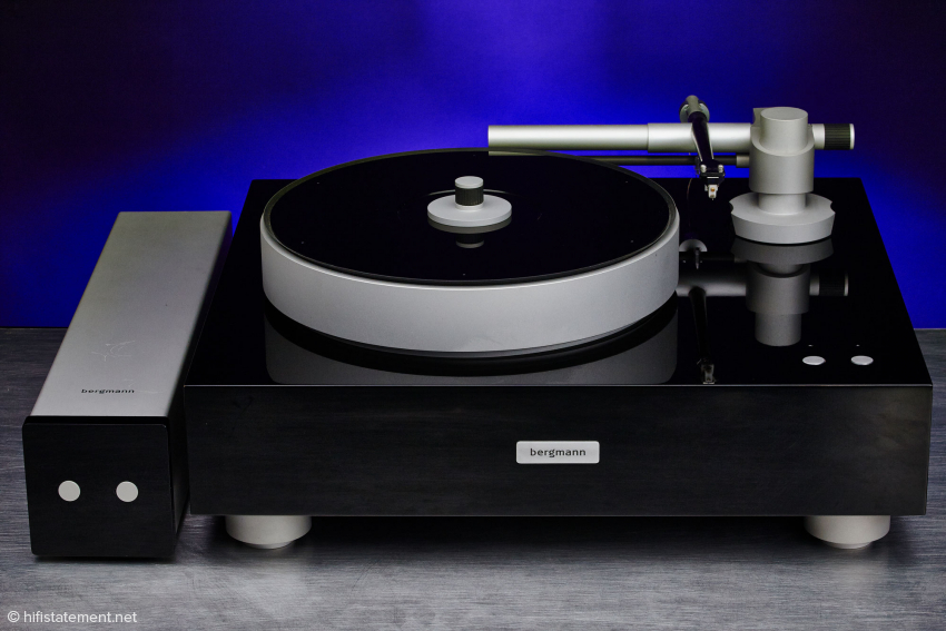 The Sleipner comes pretty close to the appearance of a classic turntable, while coming across a bit larger. The rather short connection cable of the motor control demands this setup option.