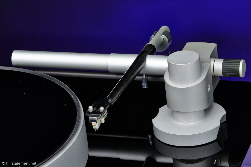 Tonearm tube and headshell are manufactured in one piece. The armtube is internally damped, the counter weight decoupled.