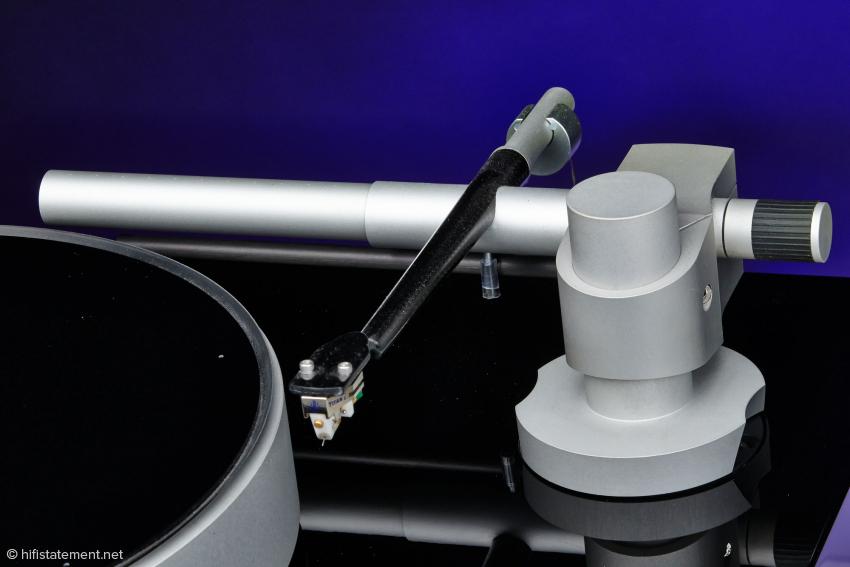 Tonarmrohr und Headshell werden in einem Stück gefertigt. Das Rohr ist innen bedämpft, das Gegengewicht entkoppelt