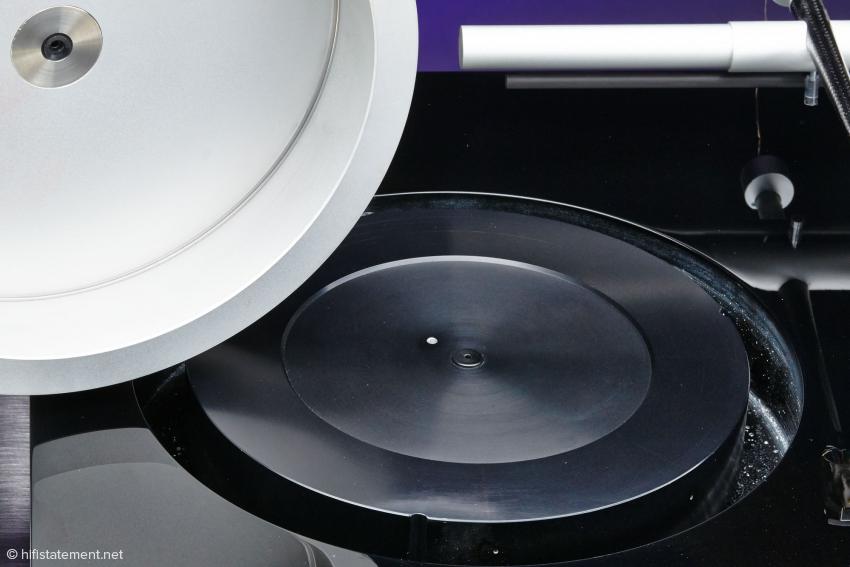 Bei der Version mit Plattenansaugung stellt der Gummiring unter dem Edelstahleinsatz mit der Plattenachse die einzige Verbindung zwischen Zarge und Teller dar – vom Antriebsriemen einmal abgesehen. Bei der Version mit einer Plattenklemme gibt es an dieser Stelle gar keinen Kontakt