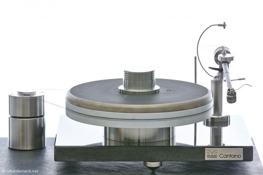 Dank der über die Grundplatte hinausragenden Tonarmbasis beansprucht der Cantano trotz des 12-Zoll-Arm nur eine relativ kleine Stellfläche. Die schmucke Schieferplatte gehört nicht mit zum Lieferumfang