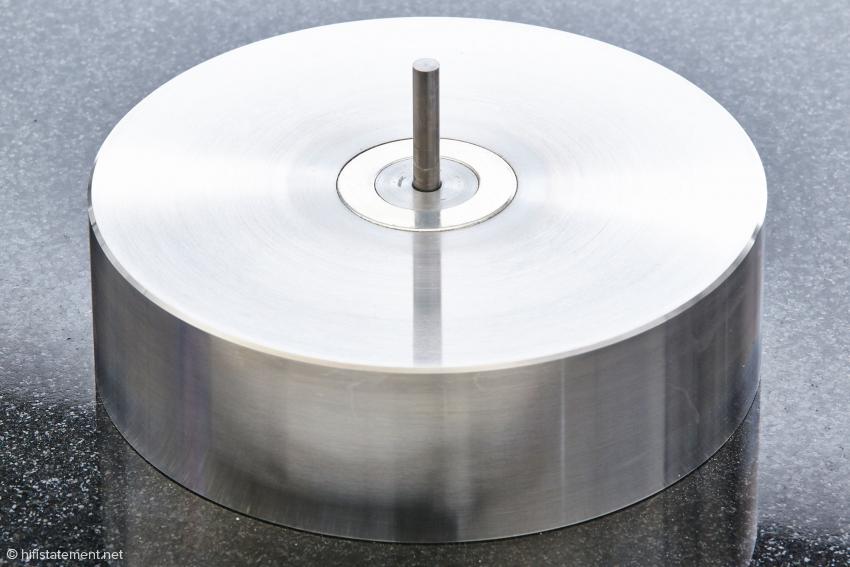 Der Lagerblock des Cantano: Die feststehende Achse besteht aus Hartmetall. Ein Magnetring samt passendem Gegenstück im Teller entlastet die Lagerkugel