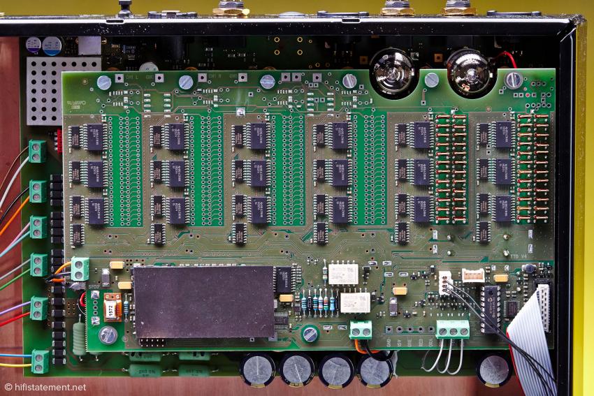 Rechts sieht man die Batterie von Vishay Widerständen. Auf den freien Feldern in der Mitte und links kann die Frequenzweiche nachgerüstet werden