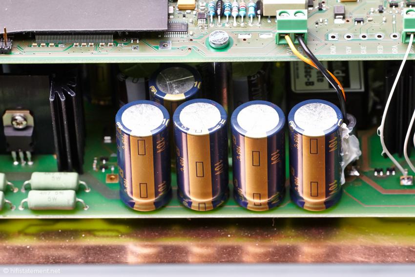 Die untere Platine beherbergt in erster Linie die unterschiedlichen Stromversorgungen. Und natürlich die Röhrenausgangsstufe