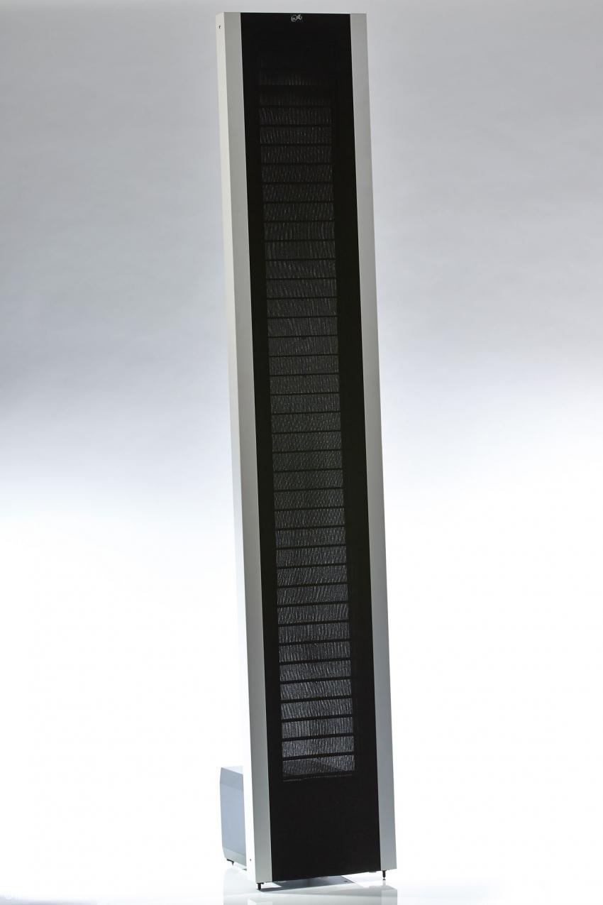 Ganz anders als herkömmliche Standboxen wirken die schlanken und flachen Panels der P 3.1 im Wohnraum
