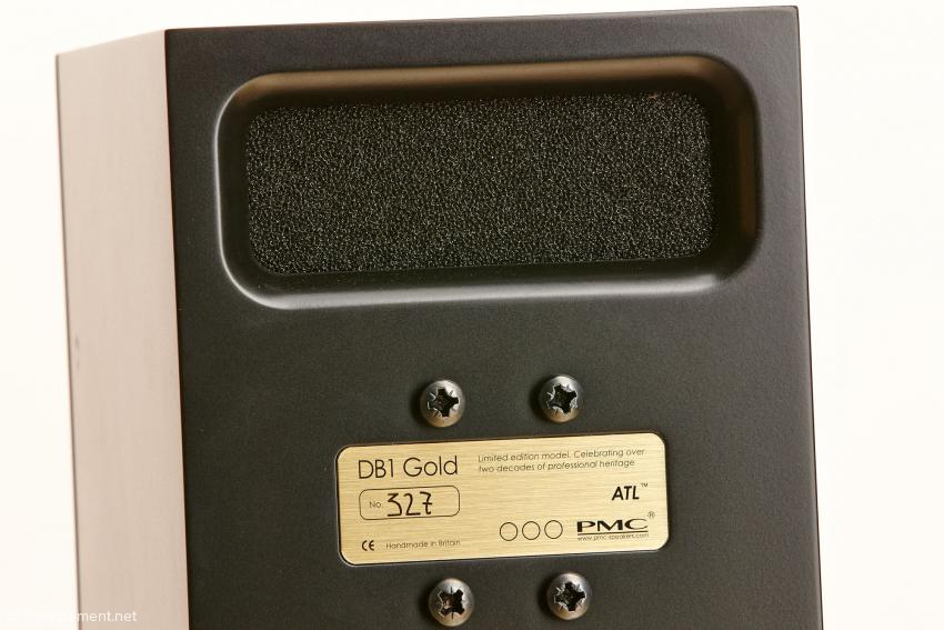 Der gedämpfte Ausgang der Advanced Transmissionline liegt auf der Rückseite. Die Lautsprecherpaare sind abgeglichen: Zur Nummer 327 gehört die 328