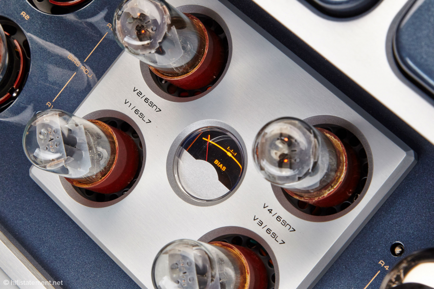 Röhrentausch leicht gemacht: Einfach die Schraube neben den Leistungsröhren drehen, bis das Bias-Messinstrument in der Mitte steht. Fertig!