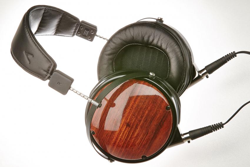 Wie alle Audeze-Modelle ist auch der LCD-XC perfekt verarbeitet. Neben der Lammleder-Version gibt es wie üblich auch eine vegane Variante in Alcantara. Außer in Bubinga sind die Holzdeckel auch in Walnuss, Purpur und Iroko lieferbar