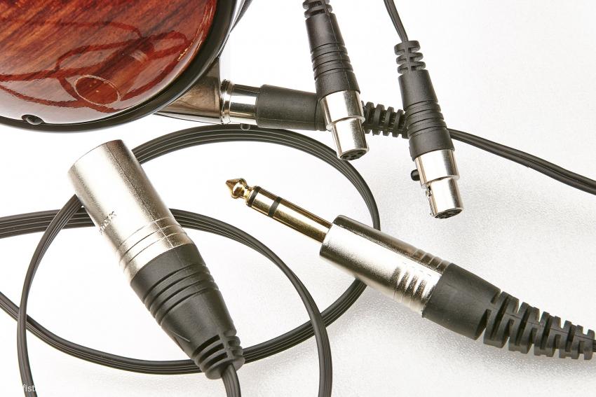 Mini-XLR-Buchsen an den Ohrmuscheln erlauben einen einfachen Kabeltausch. Eine symmetrische Verbindung gehört ebenso zum Lieferumfang wie die konventionelle Zuleitung mit 6,3-Millimeter-Klinkenstecker