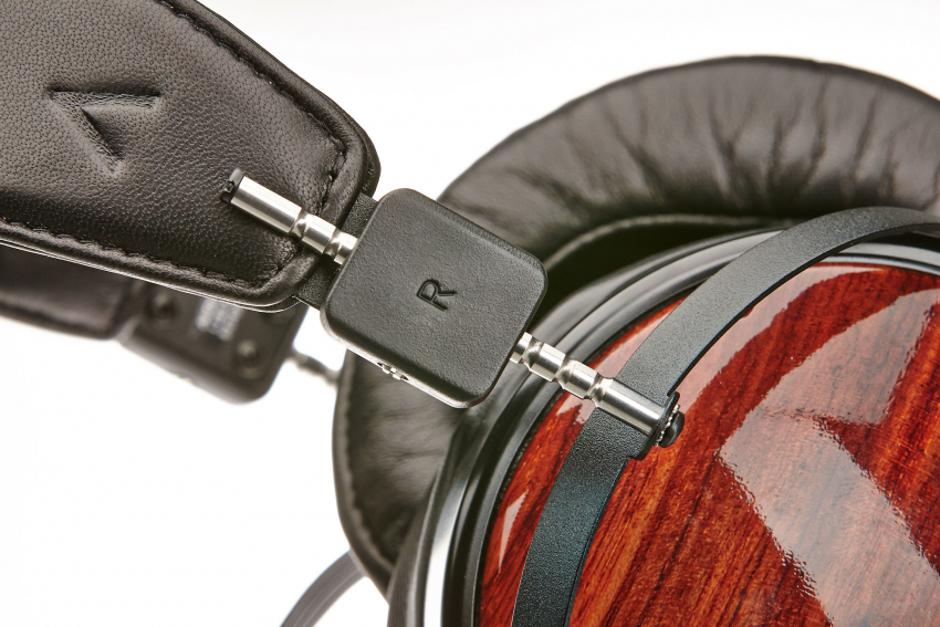 Da die Treiber nicht leichter gebaut werden können, ist beim Kopfbügel Gewichtsreduktion angesagt. Auch so wiegt der LCD-XC satte 650 Gramm