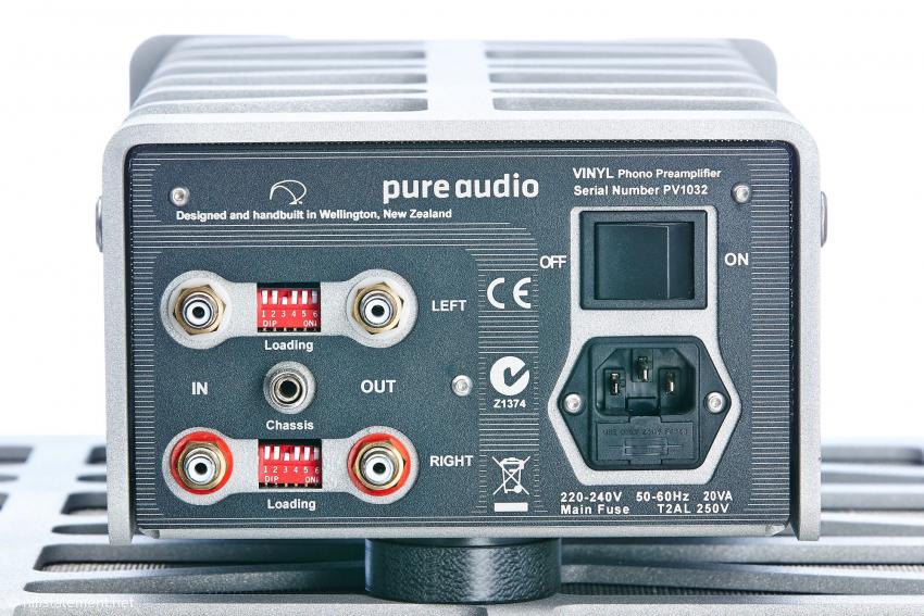 Die Rückseite des Vinyl Phono Preamplifiers bietet Einstellmöglichkeiten für Kapazität und Widerstände