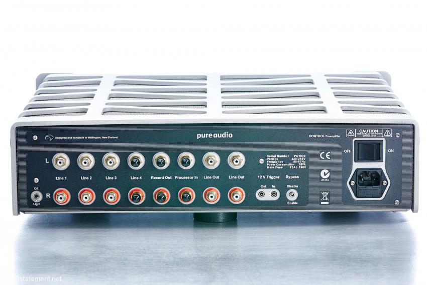 """Die Cinch-Eingänge sind hier teilweise mit Schutzkappen abgedeckt. Der """"Light""""-Schalter links unten erlaubt die Wahl zwischen Dauerbetrieb der frontalen hell blauen Beriebsanzeige oder deren Verlöschen, sobald ein Musiksignal anliegt. Der Bypass Wahlschalter legt ein an """"Processor In"""" angeschlossenes Gerät direkt auf die Ausgangsbuchsen, umgeht also den frontalen Pegelsteller – das ist z.B. beim Anschluss eines Surround-Prozessors sinnvoll. Die Trigger In und Out dienen der Weiterleitung der Steuerspannung, wie zum Beispiel der Pure Audio Mono-Endstufen"""