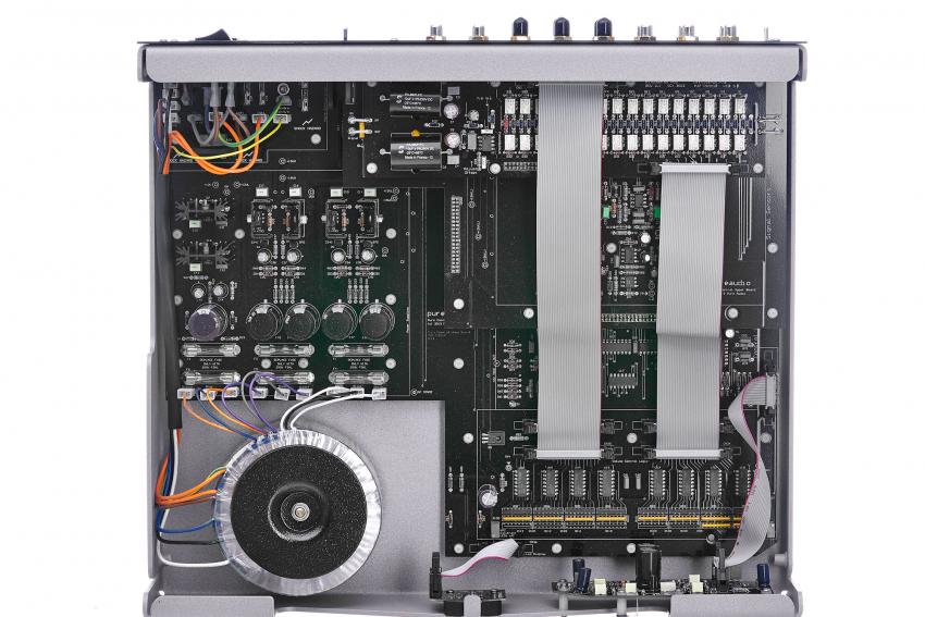 Eine Menge edler Bauteile, diskret wie auch integriert, finden sich im Control Pramplifier von Pure Audio. Die Verarbeitung ist exzellent