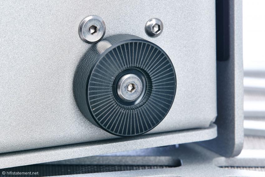 Auf diesen resonanzabsorbierenden Füßen stehen sowohl der Contol Preamplifier als auch der Vinyl Phono Preamplifier