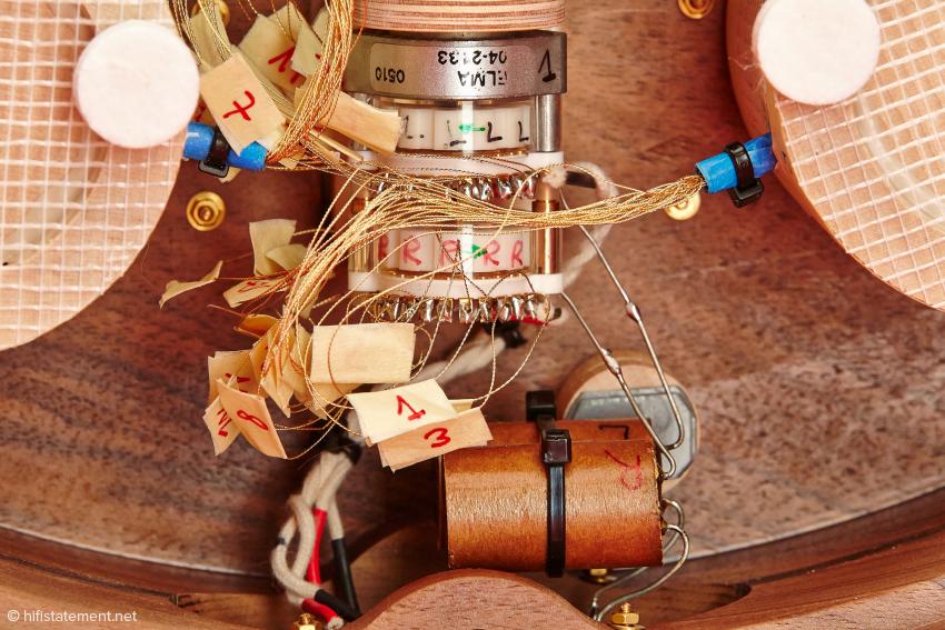 Unterhalb des ELMA Schalters gibt es noch ein Bauteil, dessen Sinn sich einem nicht sofort erschließt. Aber auch hier möchte der Hersteller nicht alle Geheimnisse an die Konkurrenz preisgeben