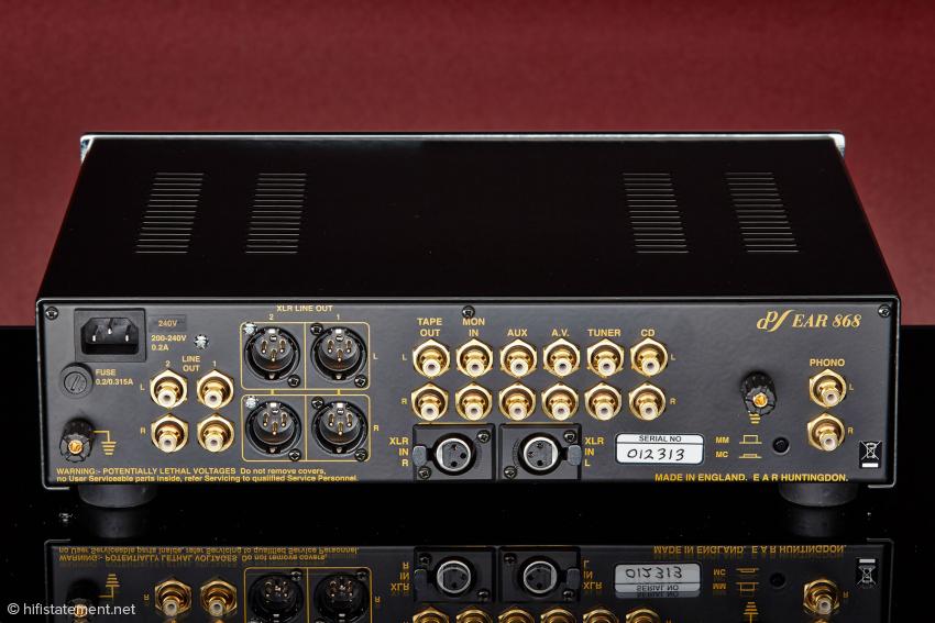 Das Gerät besitzt zwei massive Erdungsklemmen, für Phono und Line getrennt. Über den Druckschalter unten im Bild kann man zwischen MC und MM umschalten. Sozusagen im Blindflug, wenn das Gerät im Rack steht