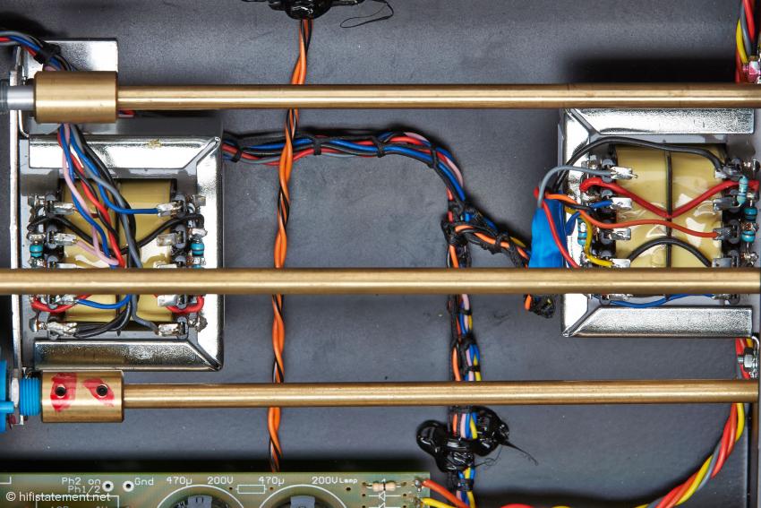 Eher rustikale Verlegung der Kabel, auf den Klang hat das aber keinen Einfluss.
